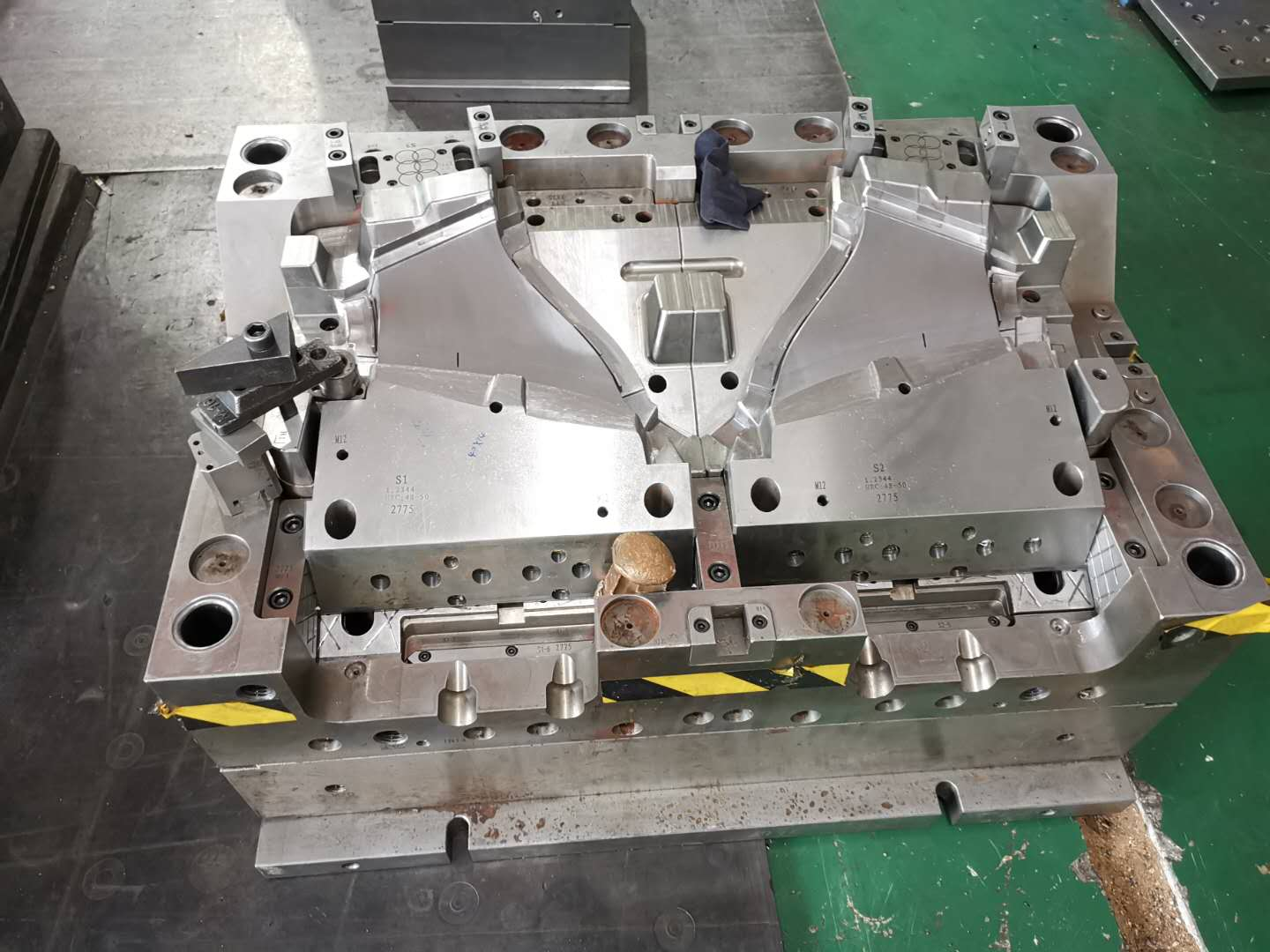 Custom Injection plastic mould for molding automotive industry